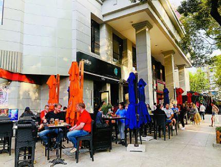 食客行人互为风景,外摆位成餐饮消费活招牌!